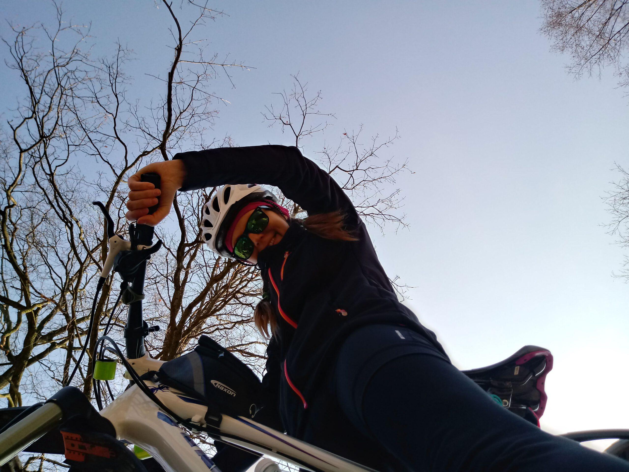 dziewczyna na rowerze na tle nieba