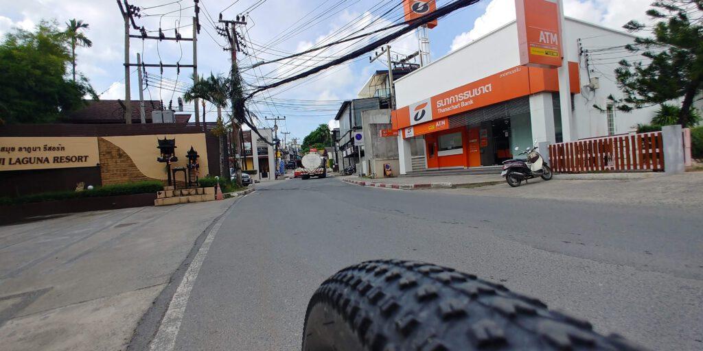 Opona rowerowa na tle drogi w mieście