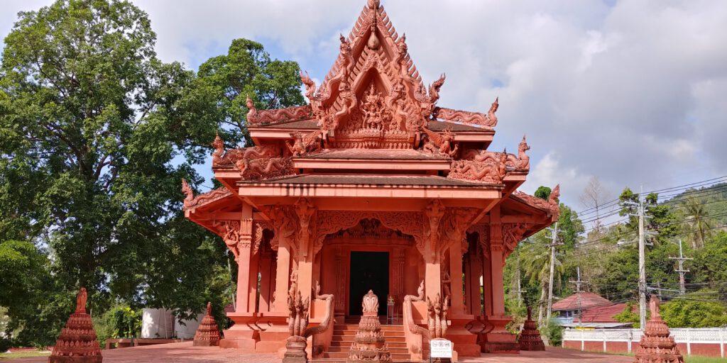 Świątynia w kolorze czerwonym na wyspie koh samui