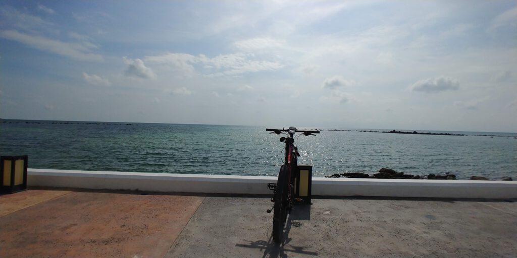 rower na tle morza a na niebie chmury