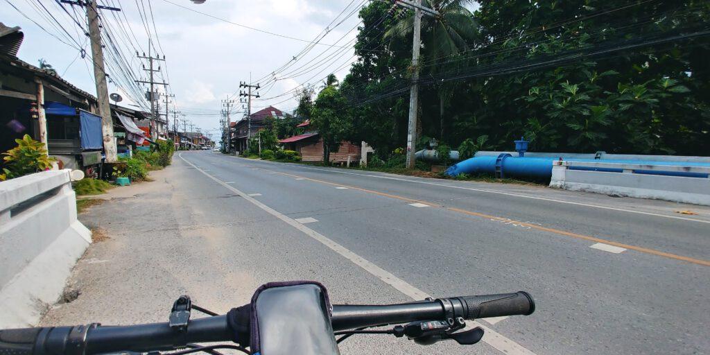 Kierownica roweru na tle drogi