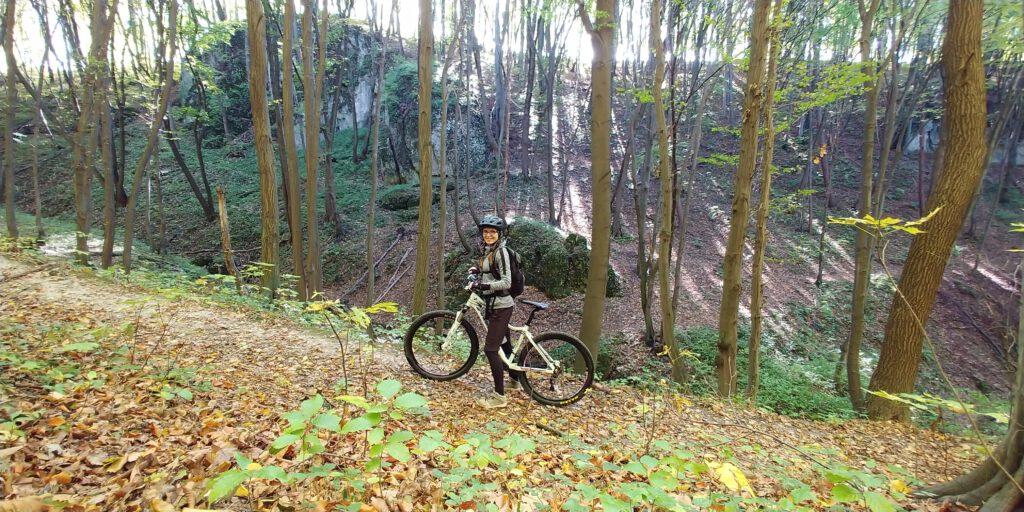 dziewczyna na rowerze w dolinkach krakowskich