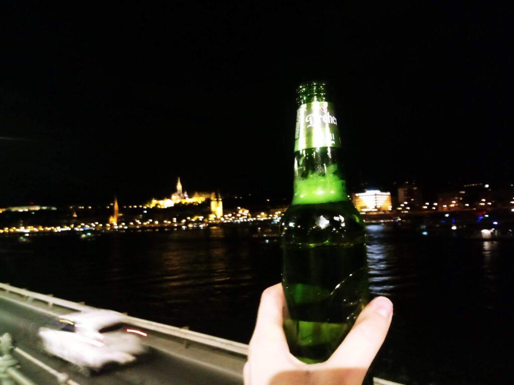 Piwo na tle nocnego miasta