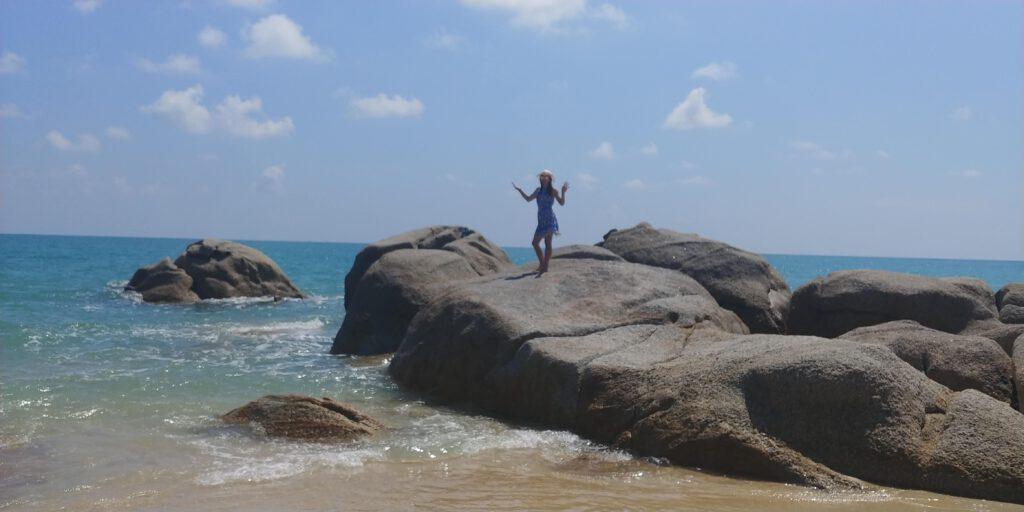 Dziewczyna nad morzem w niebieskiej sukience
