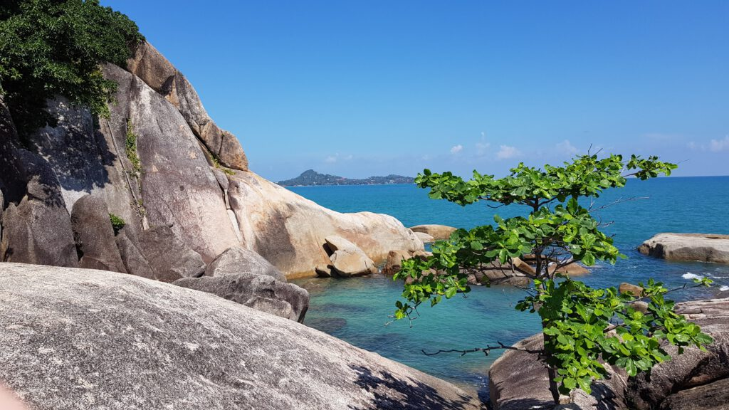 skały i turkusowa woda