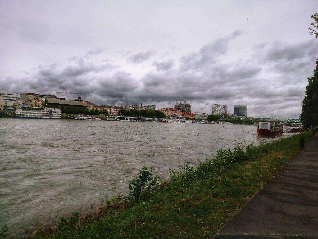 Dunaj w Bratysławie i zachmurzone niebo
