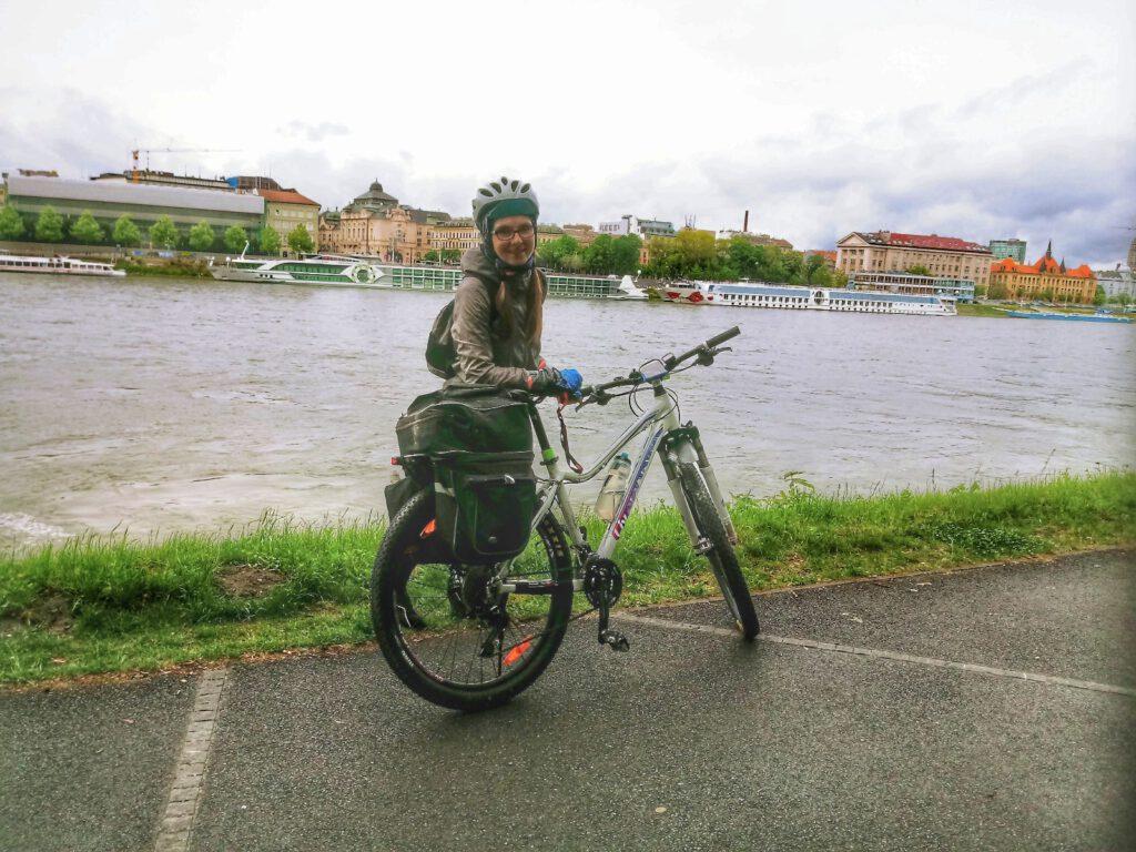 Rowerzystka nad rzeką