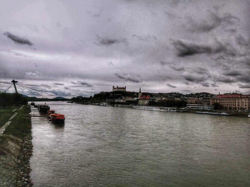 Dunaj i zachmurzone niebo