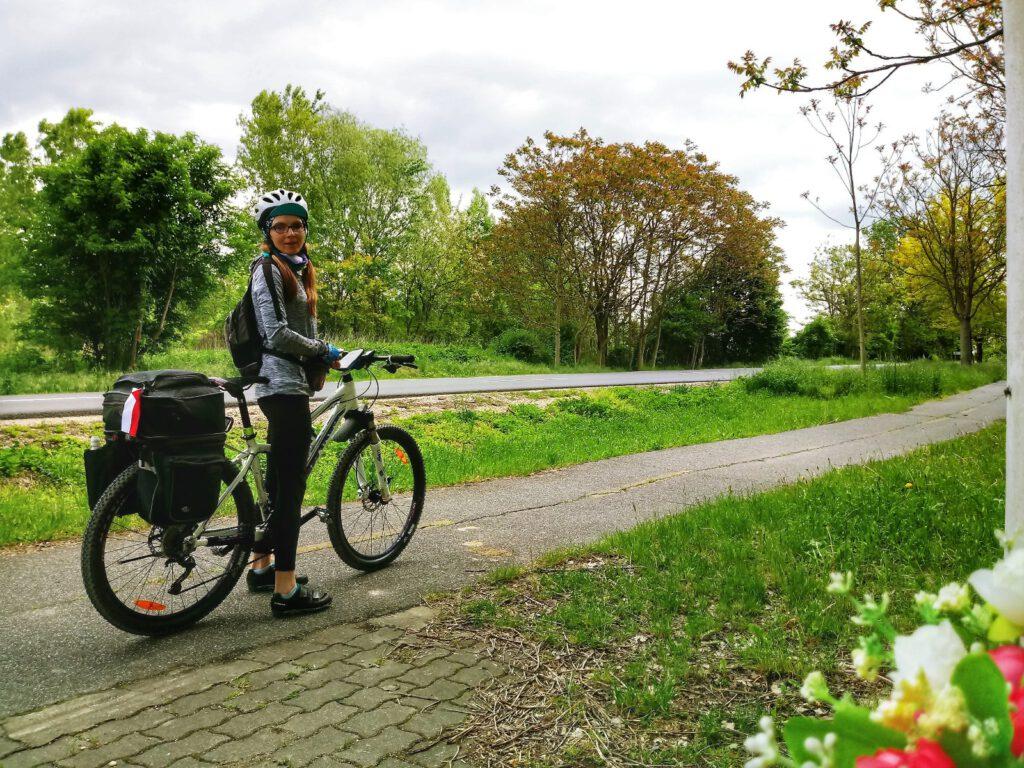 Dziewczyna na rowerze. Ścieżka rowerowa
