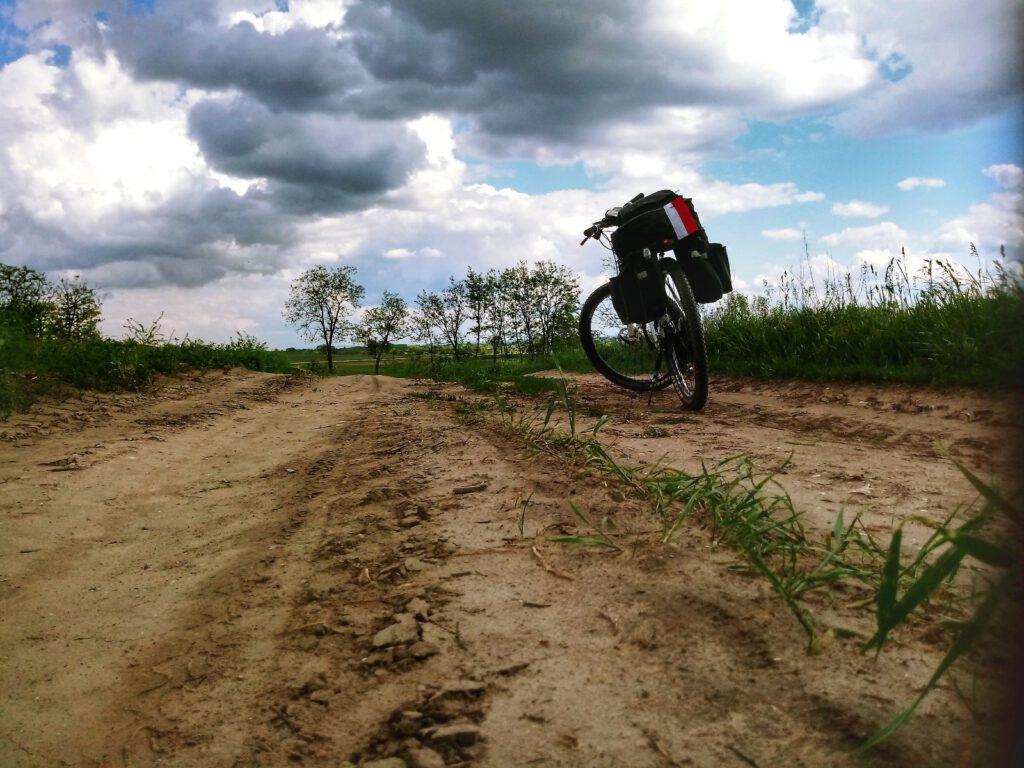 Rower na piaskowej drodze