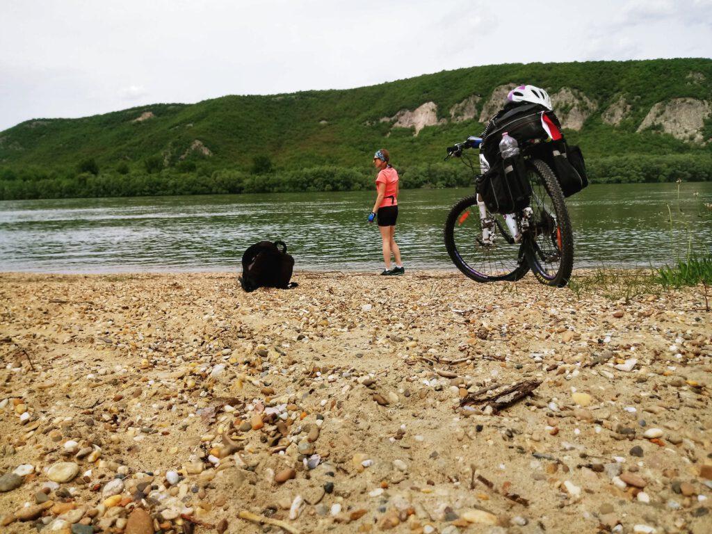 rower nad brzegiem rzeki
