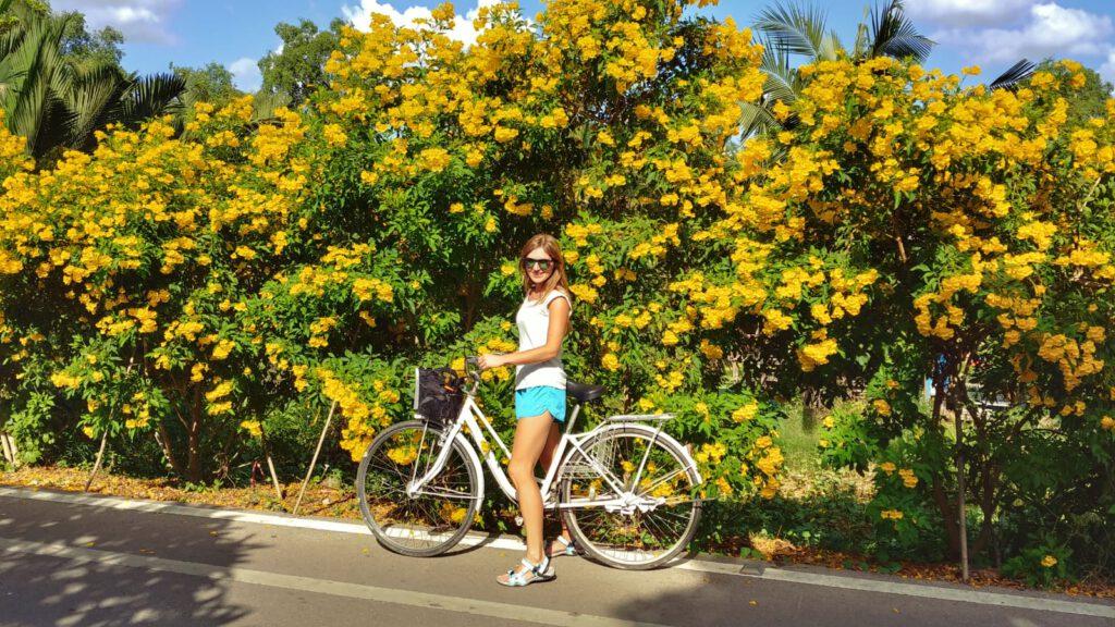 Żółte kwiaty dziewczyna na rowerze