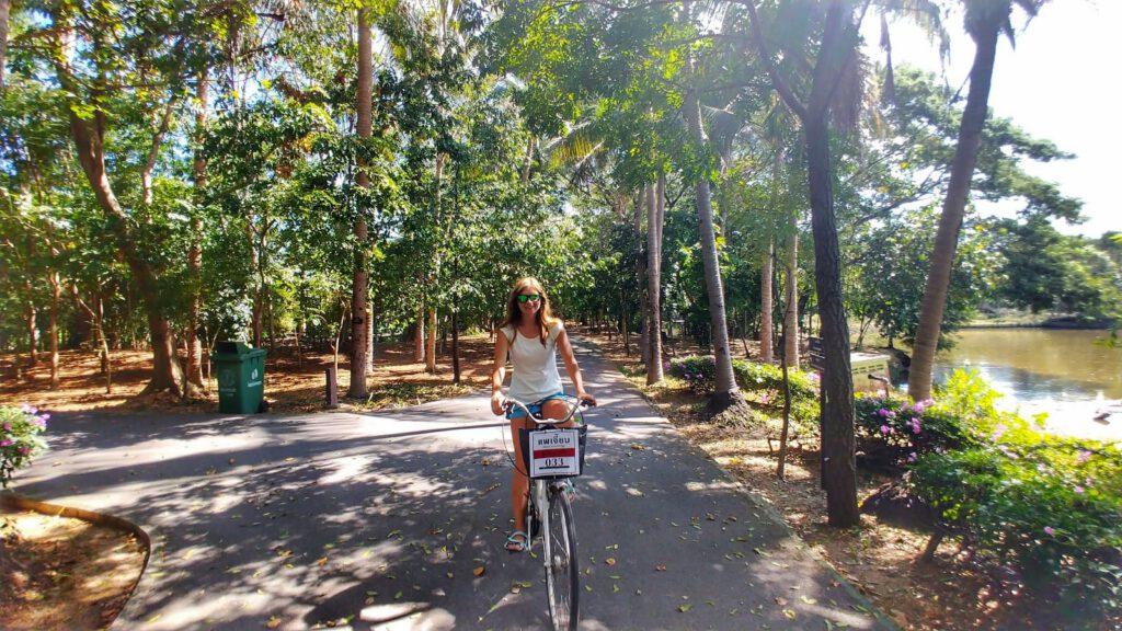 Parku Sri Nakhon Khuan Khan na rowerze