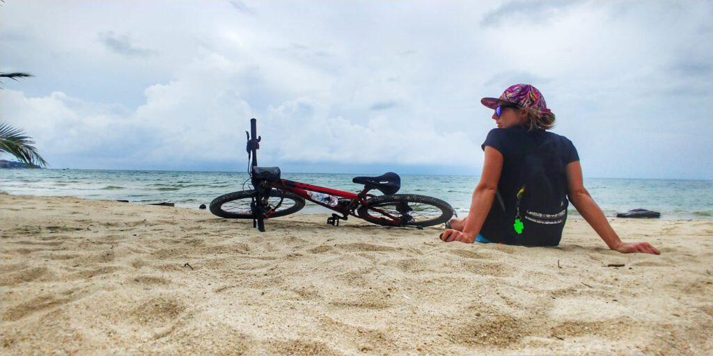 Rower na plaży na tle morza