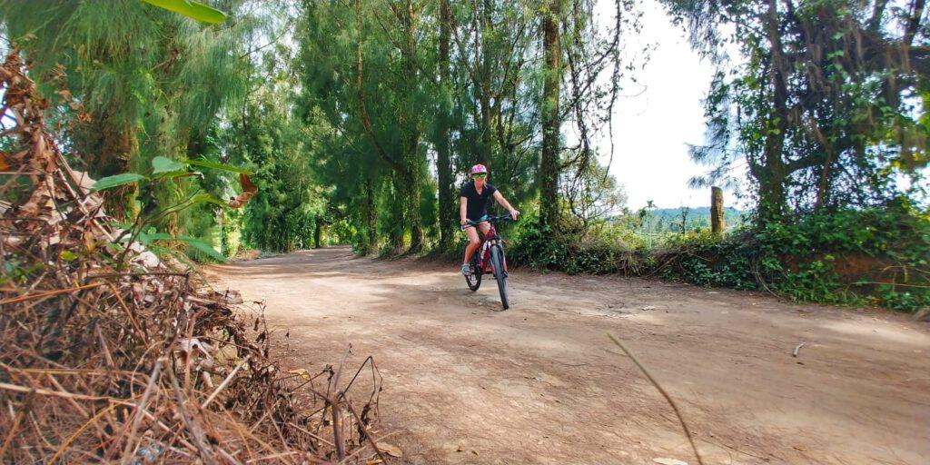 dziewczyna na rowerze na ścieżce w lesie