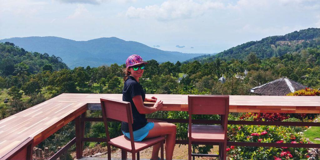 Dziewczyna przy stole na tle gór