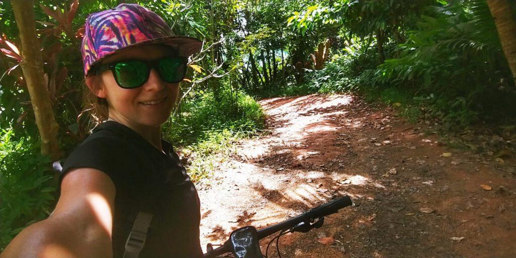 Selfie na tle leśnej drogi