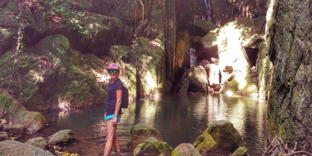 Dziewczyna przy wodospadzie