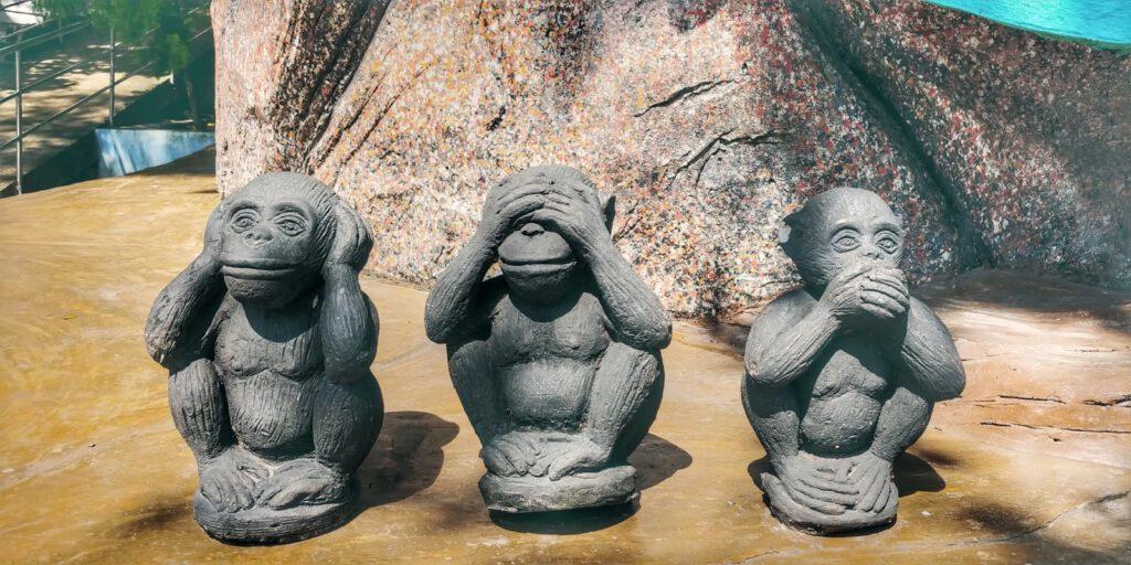 Trzy małpy z zakrytymi ustami uszami i ozami