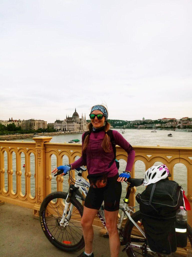 Dziewczyna z rowerem na moście w Budapeszcie
