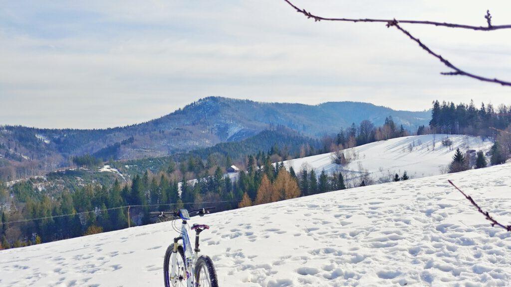 Rower na tle widoku na góry