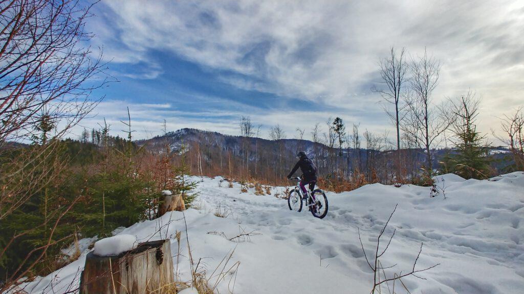 dziewczyna na rowerze w górach zimą