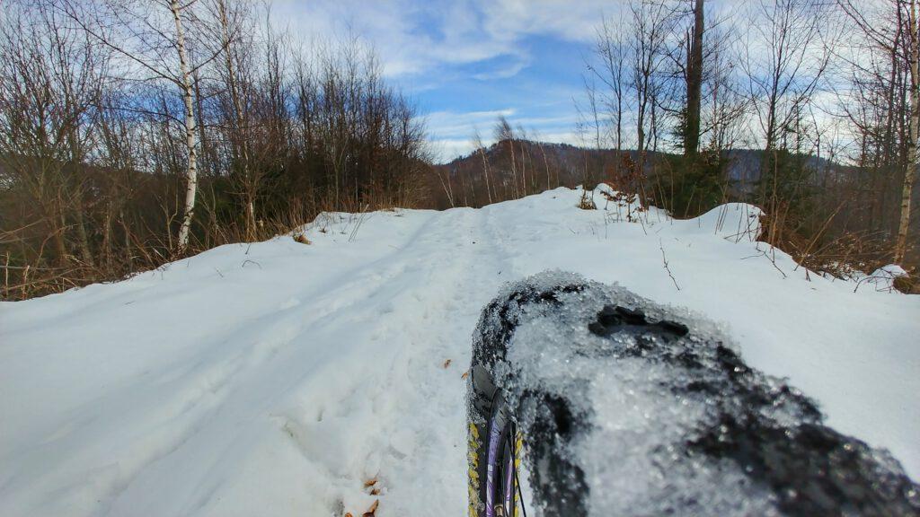opona rowerowa oblepiona śniegiem