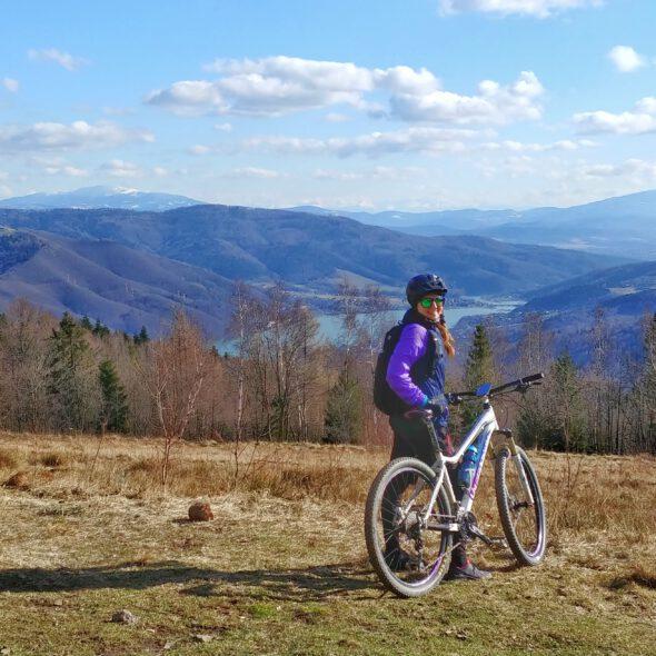 Dziewczyna z białym rowerem na tle gór w Beskidzie mały