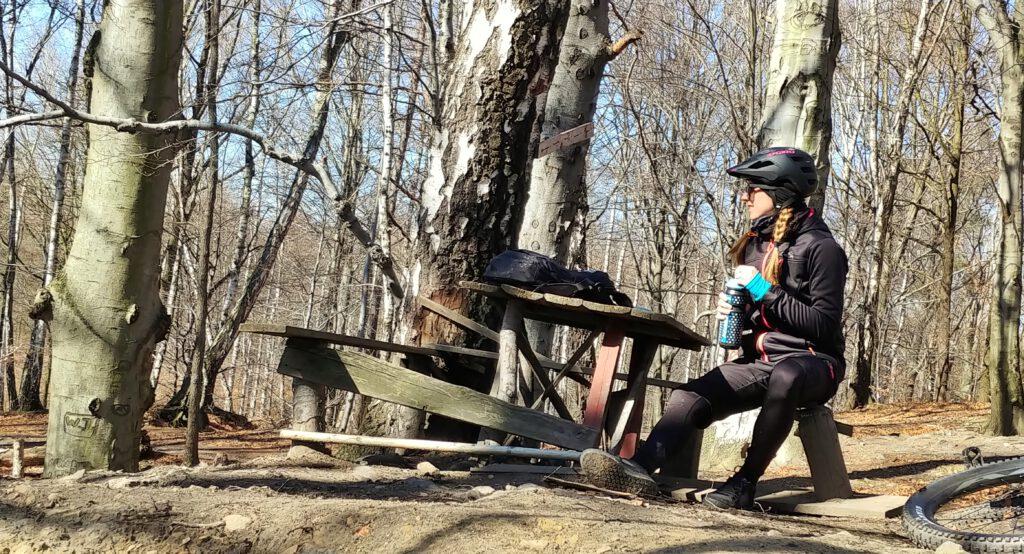 dziewczyna na ławce w lesie