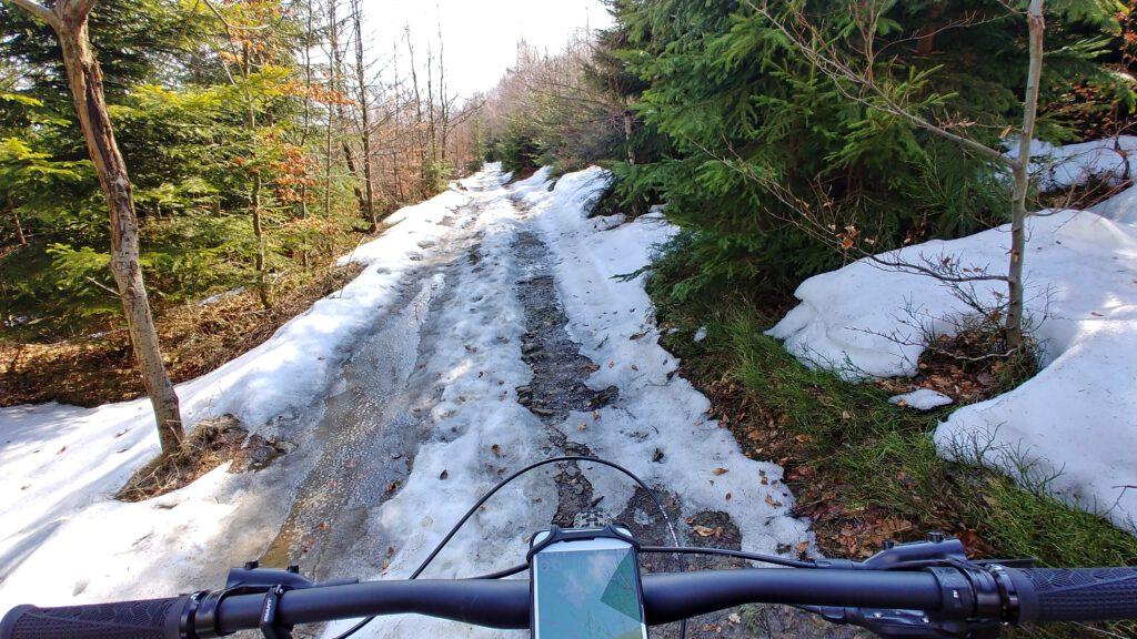 droga w górach z resztkami śniegu