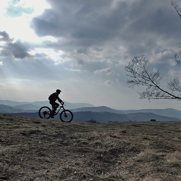 rower na górskiej hali o zachodzie słońca