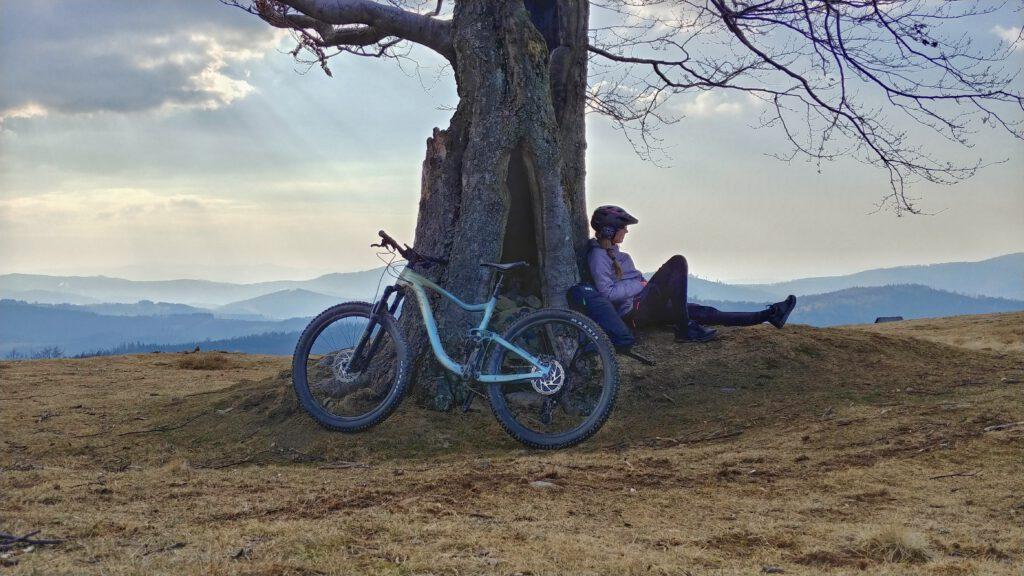Dziewczyna z rowerem na tle gór