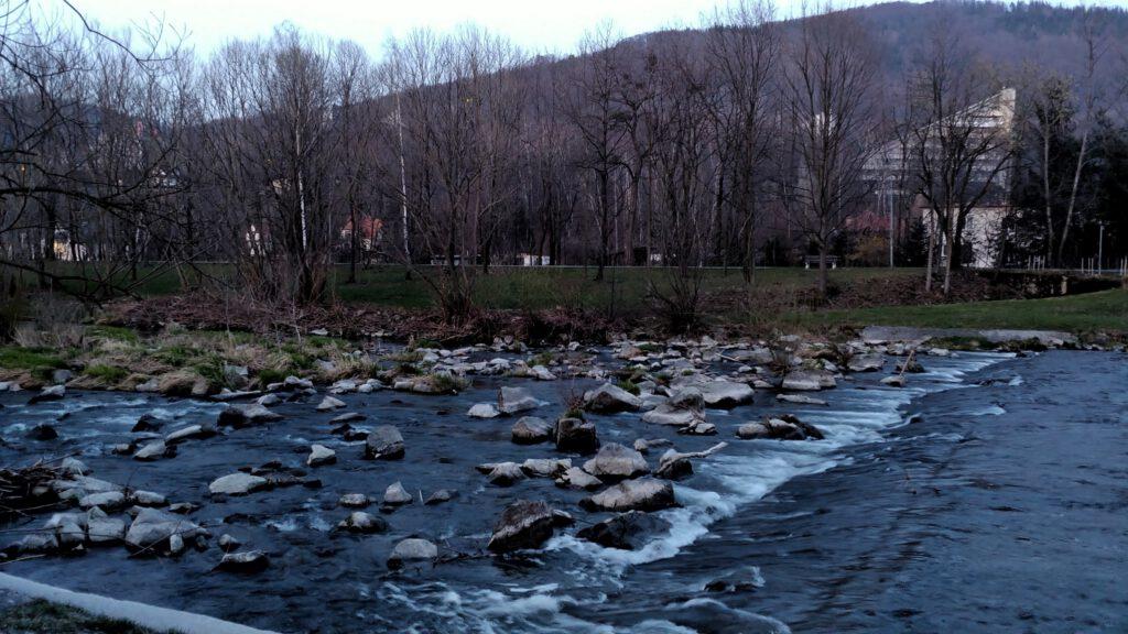 rzeka po zmroku