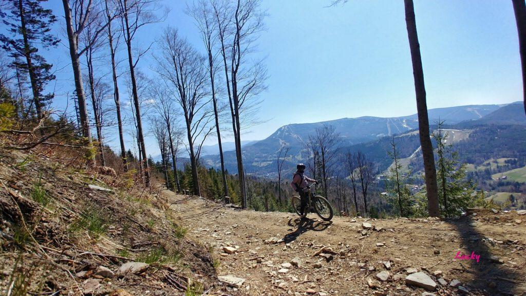 osoba na rowerze na tle panoramy górskiej