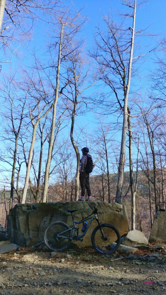 osoba stoi na skale