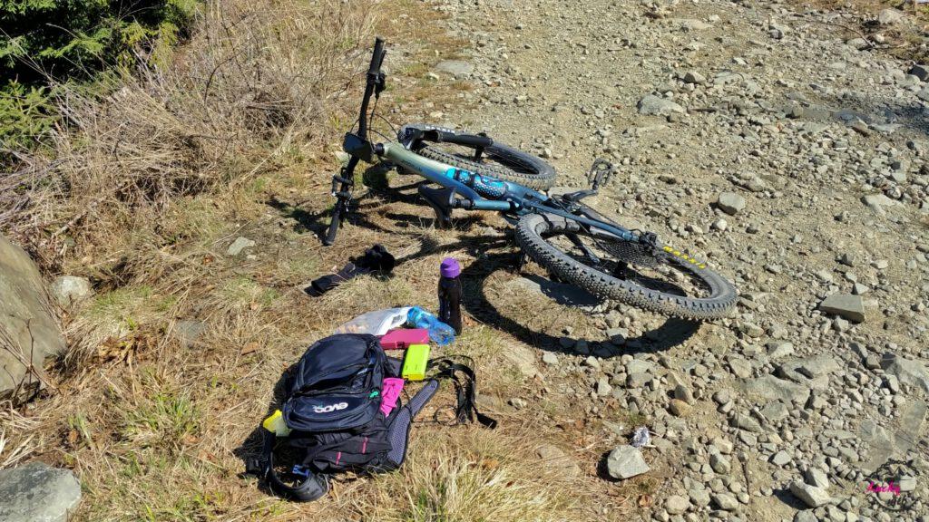 rower i plecach leży na ziemi