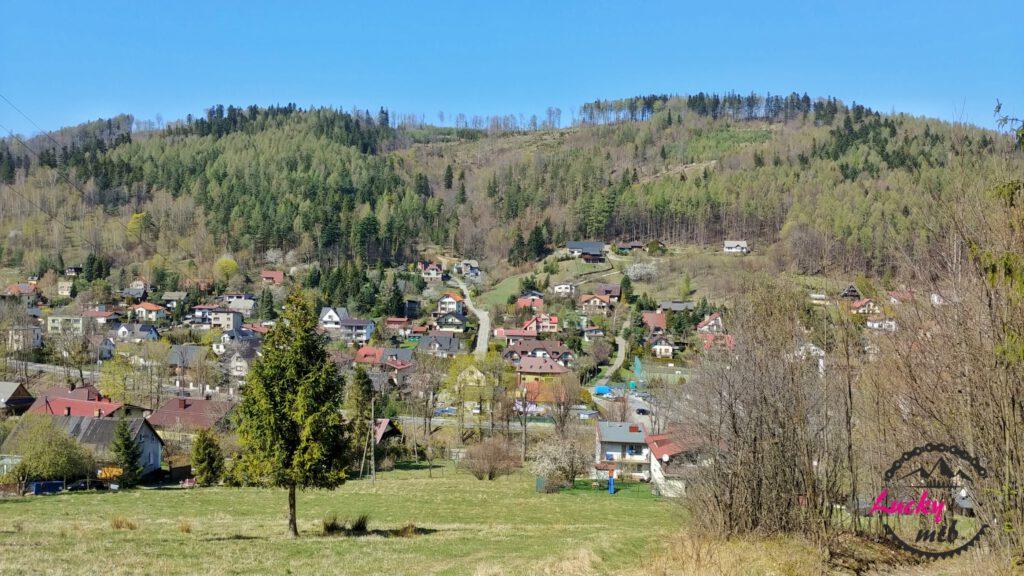 widok na górskie miasteczko