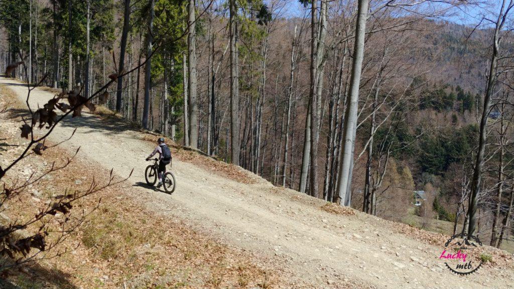 osoba na rowerze w górach