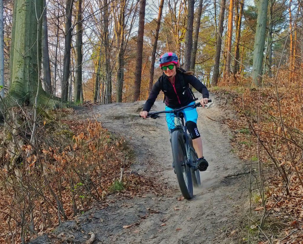 osoba na rowerze w lesie