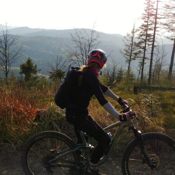 osoba na rowerze patrzy na góry