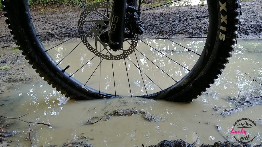 koło rowerowe w błocie