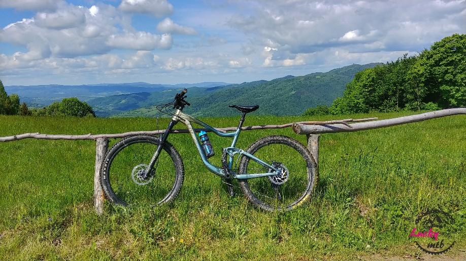 rower na tle gór
