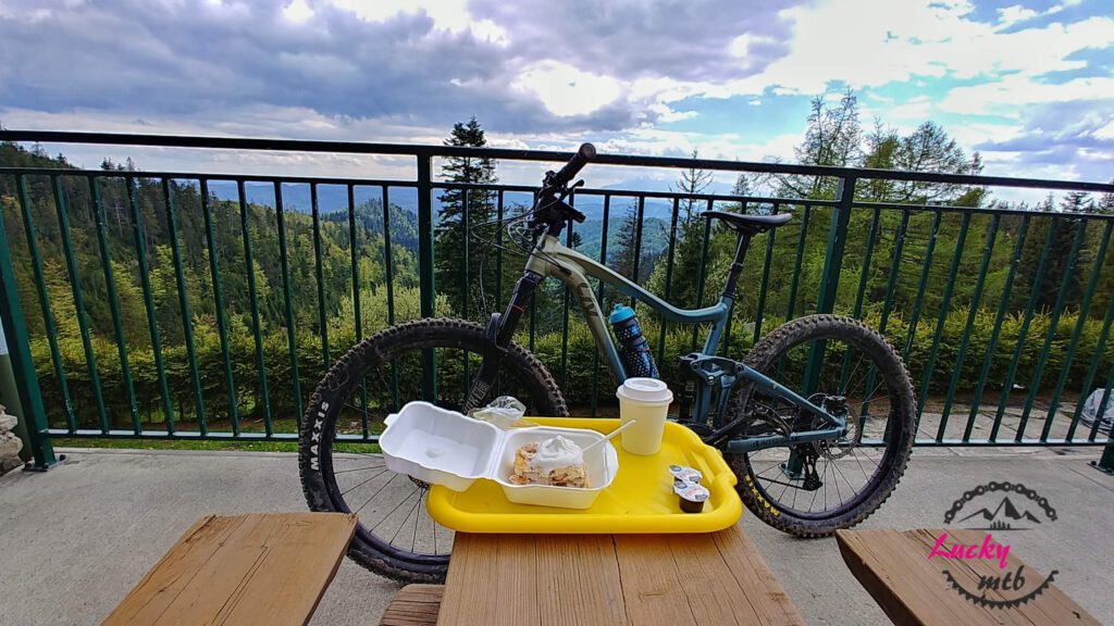 rower na tarasie na tle gór