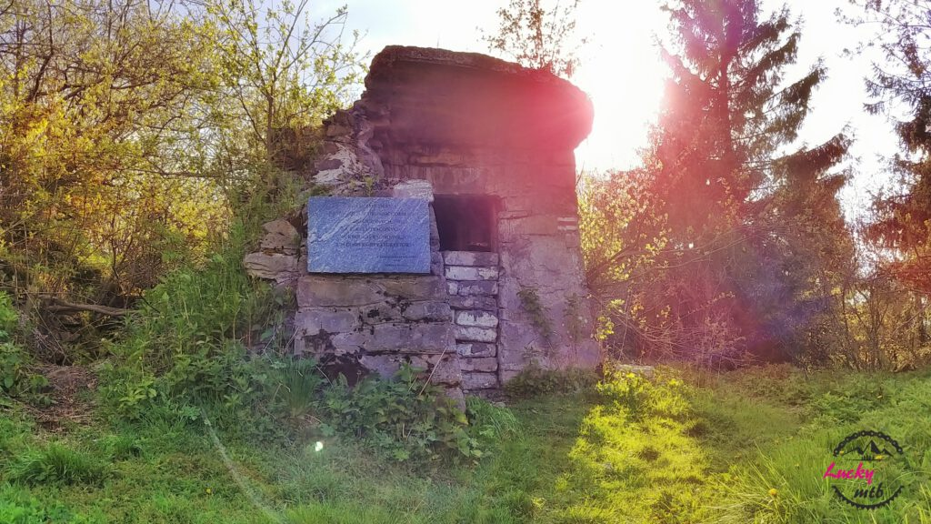 ruiny schroniska na Lubaniu