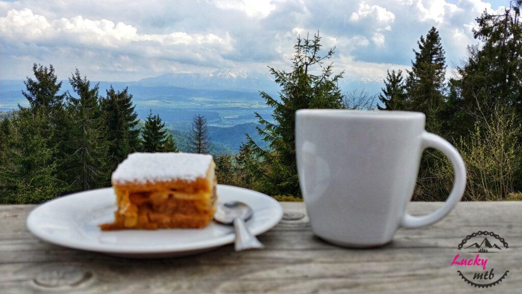 szarlotka i kawa na tle gór