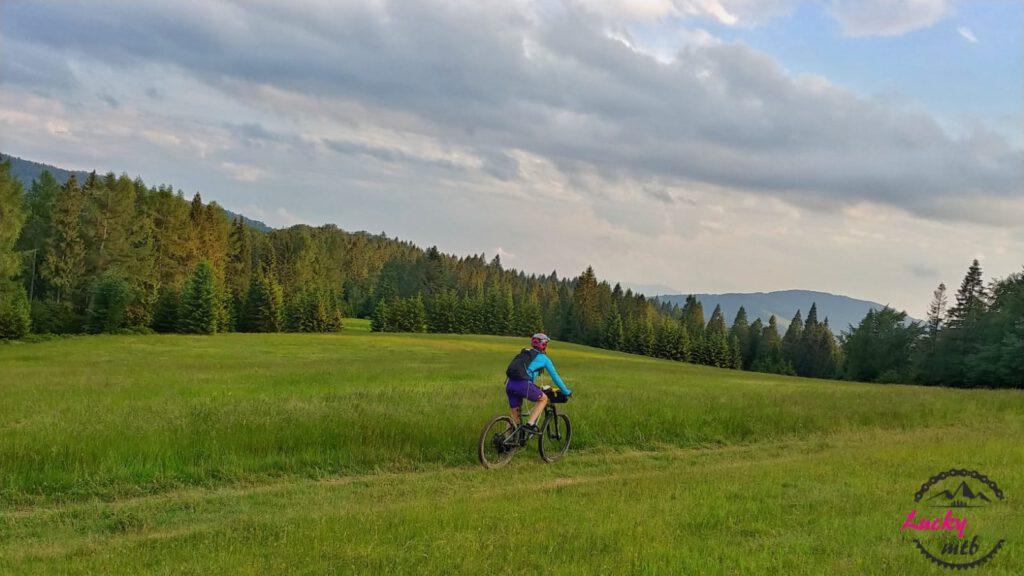 osoba jedzie na rowerze na tle gór
