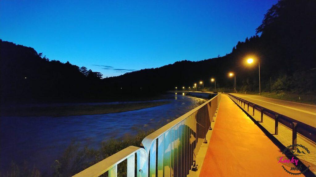 chodnik nocą
