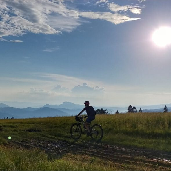 aosoba jedzie rowerem na tle gór