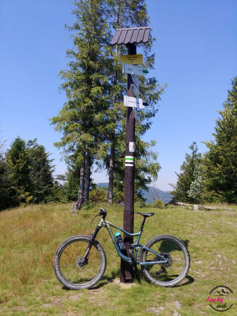 rower oparty o drogowskaz w górach